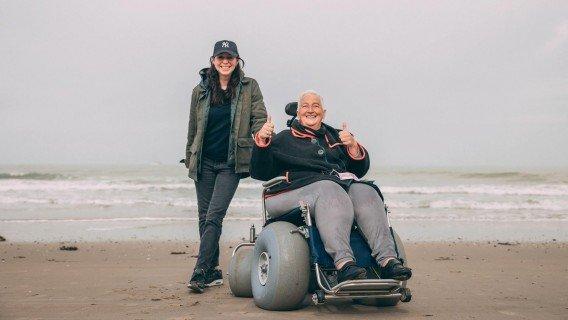 Met de strandrolstoel en Kristel naar zee!