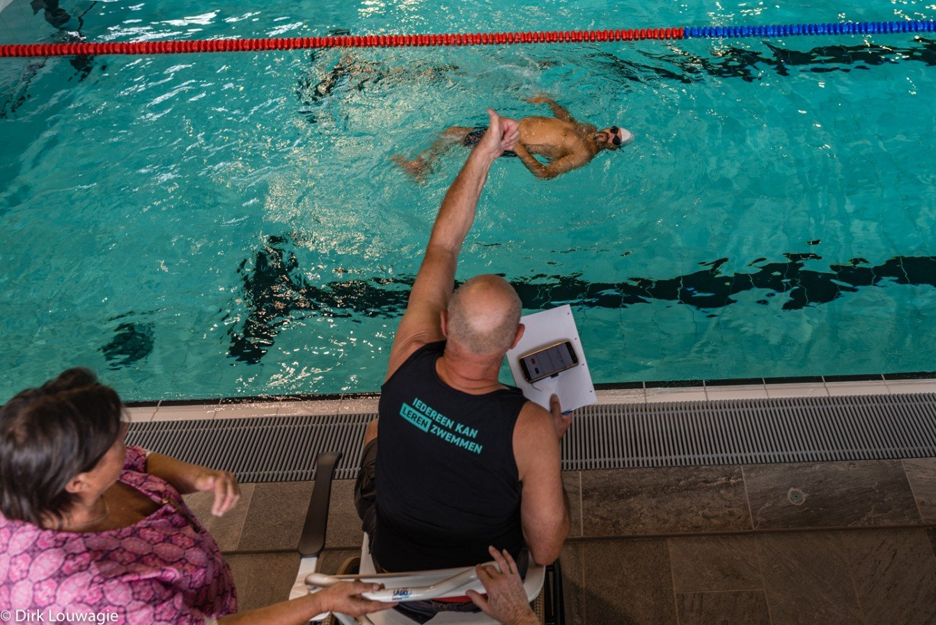 Een zweminstructeur geeft zwemles