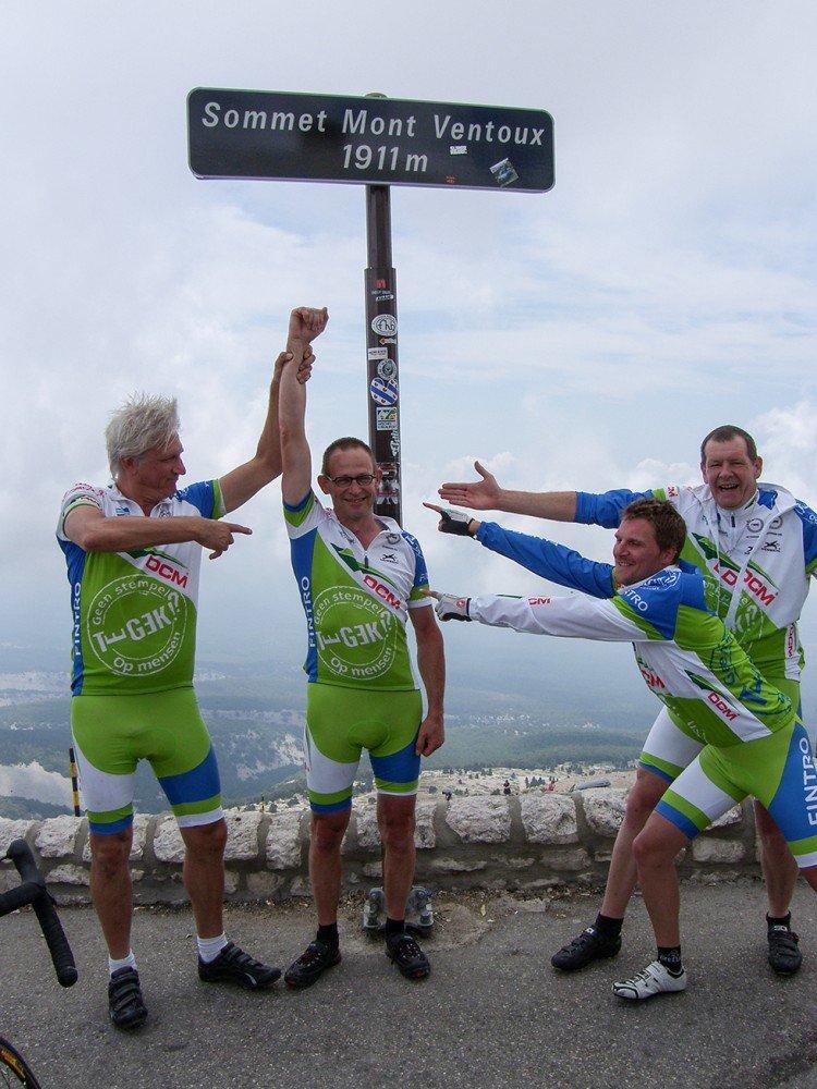 Patrick viert samen met zijn medewielrenners zijn rit naar de top van de Mont Ventoux