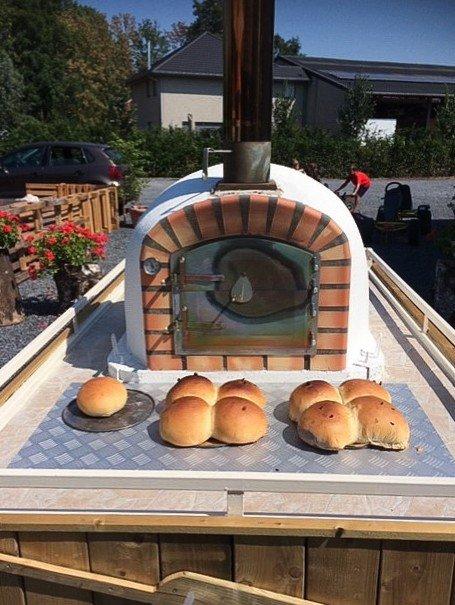 Stenen broodbak oven met daarvoor 4 broden